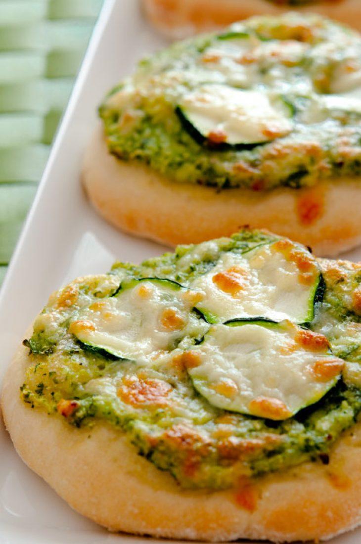 Grüne Minipizzen mit Zucchini und Basilikum